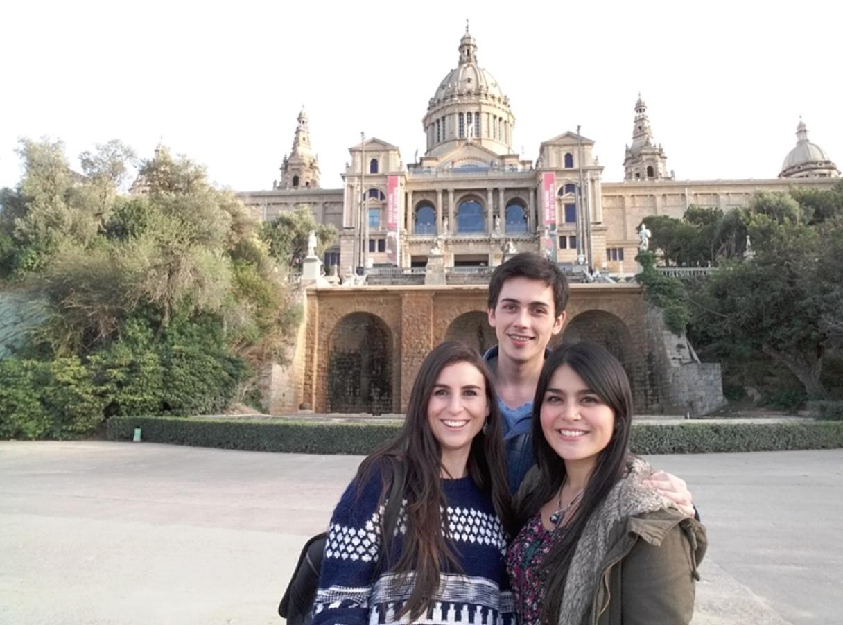 ESTUDIANTES DE ODONTOLOGÍA REALIZAN PRÁCTICA PROFESIONAL EN LA UNIVERSIDAD DE BARCELONA