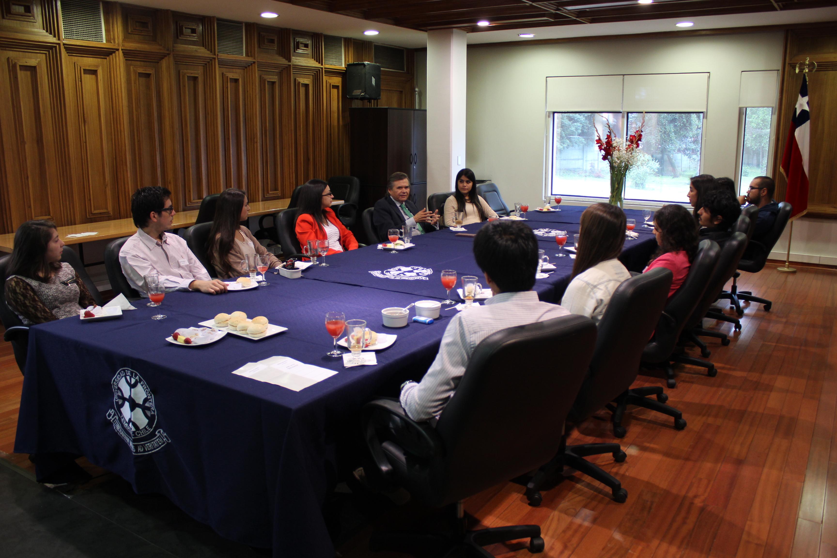 Rector Sergio Bravo de la Universidad de La Frontera, se reúne con estudiantes de Movilidad Saliente