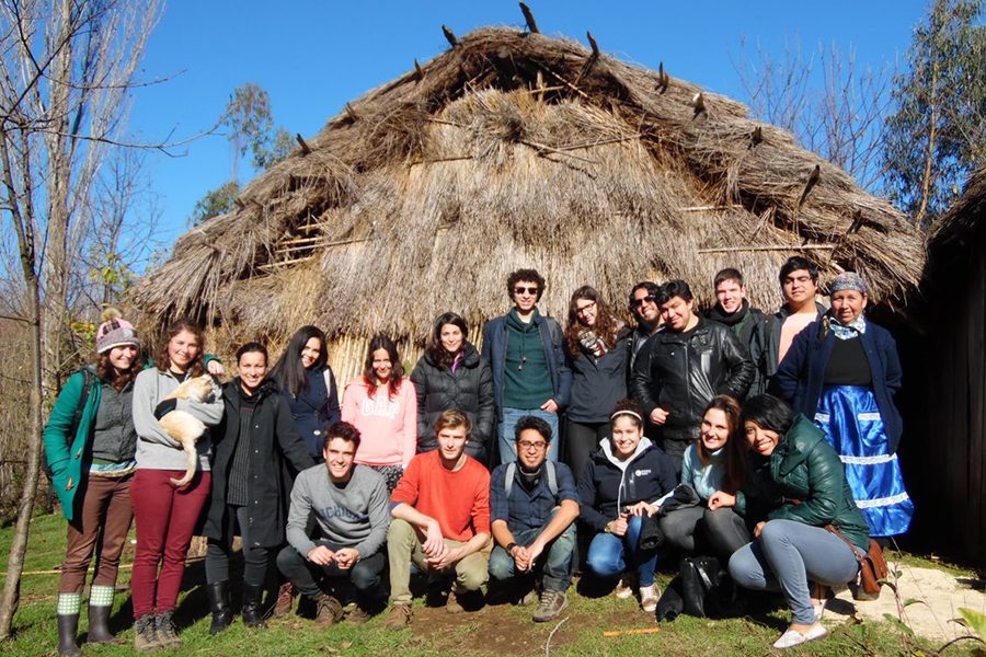 International students discovered the work of local mapuche artisans from Padre Las Casas